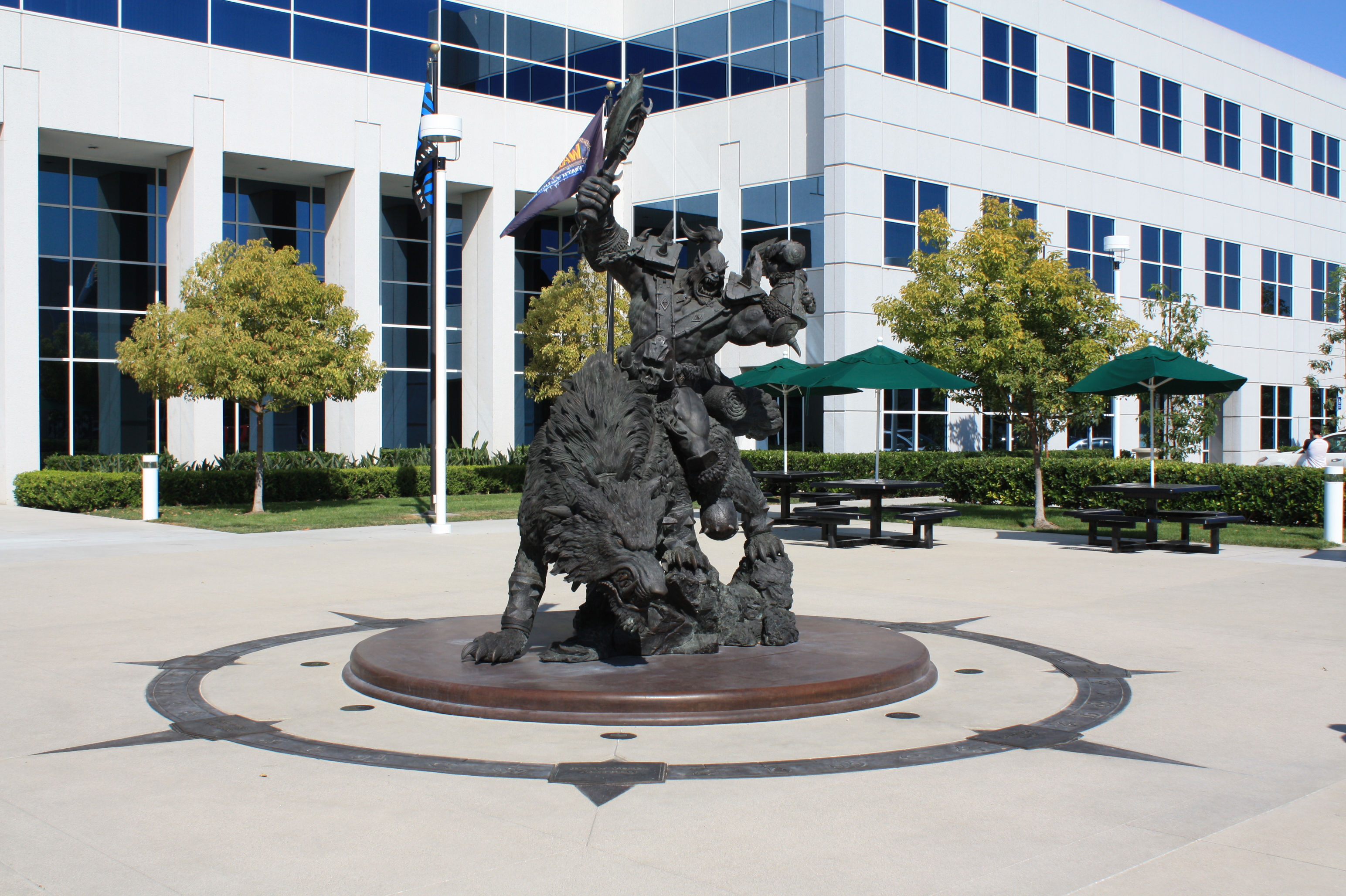 Photo de la statue Orc située au centre du campus Blizzard.